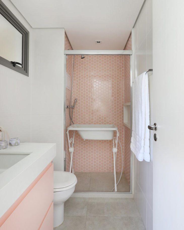 Decoração delicada com azulejo geométrico rosa.