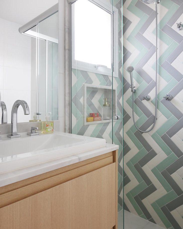 Decoração moderna com azulejo colorido.