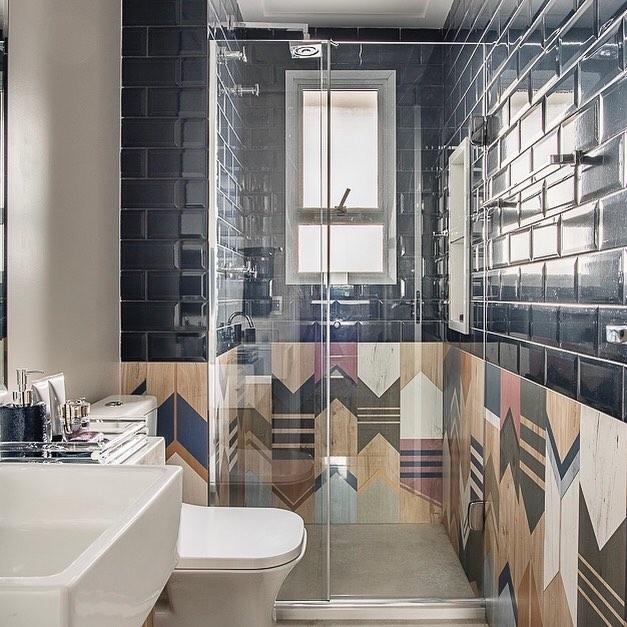 Decoração moderna com azulejo de tijolinho preta.