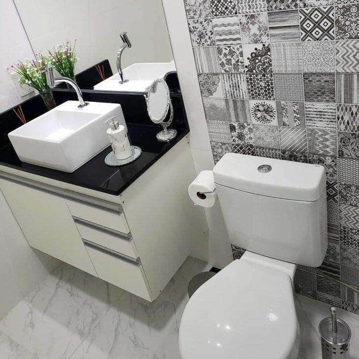 Decoração simples com azulejo decorado preto e branco.