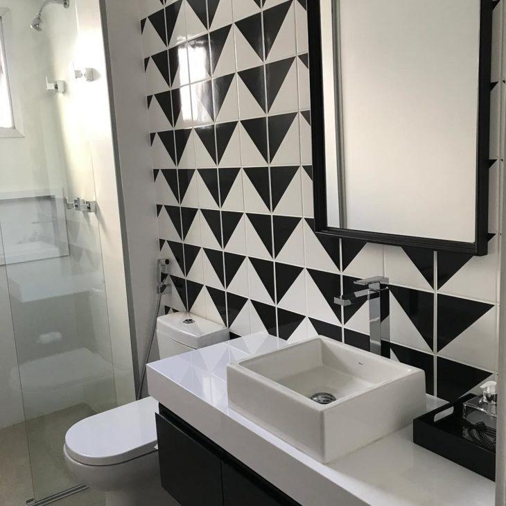 Decoração clássica com azulejo preto e branco.