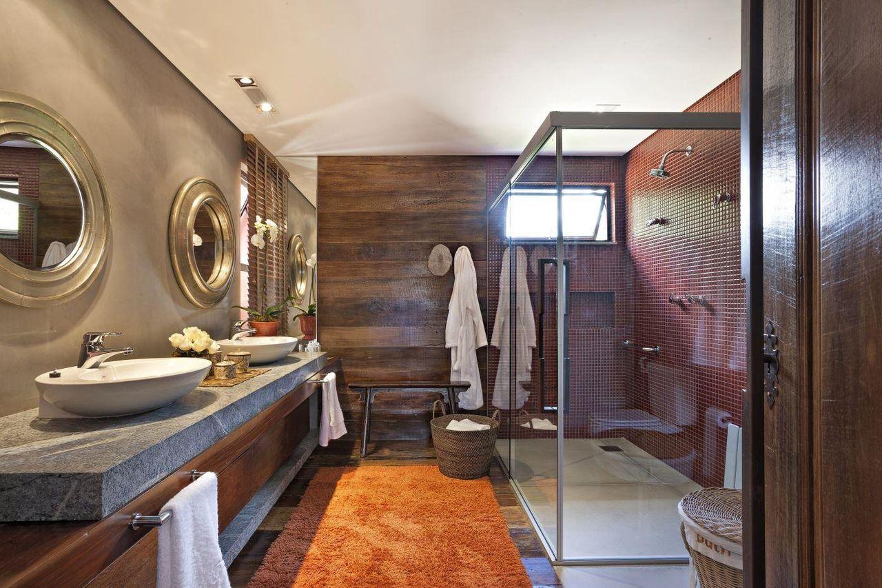 Decoração luxuosa com revestimento de madeira e pastilha de cerâmica vermelha.