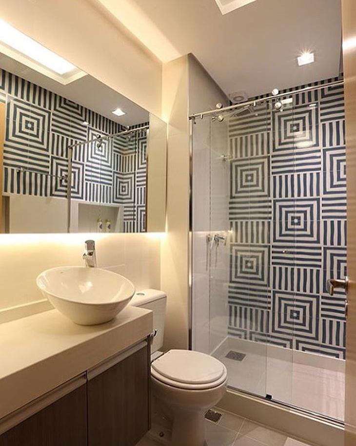 Decoração com espelho iluminado com fita de led e azulejo decorado.