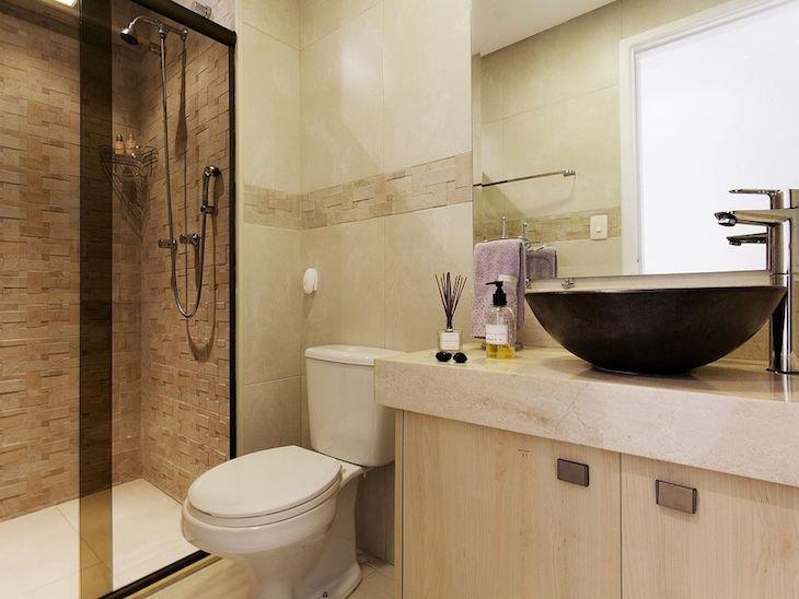 Modelos de banheiro simples com azulejo moderno no box.
