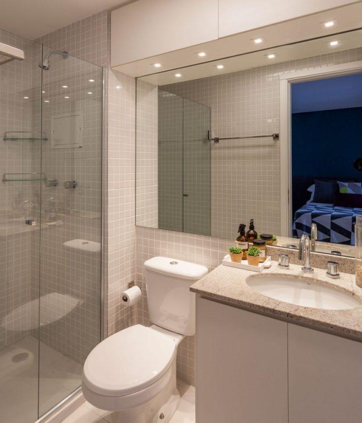Modelos de banheiro simples com azulejo claro.