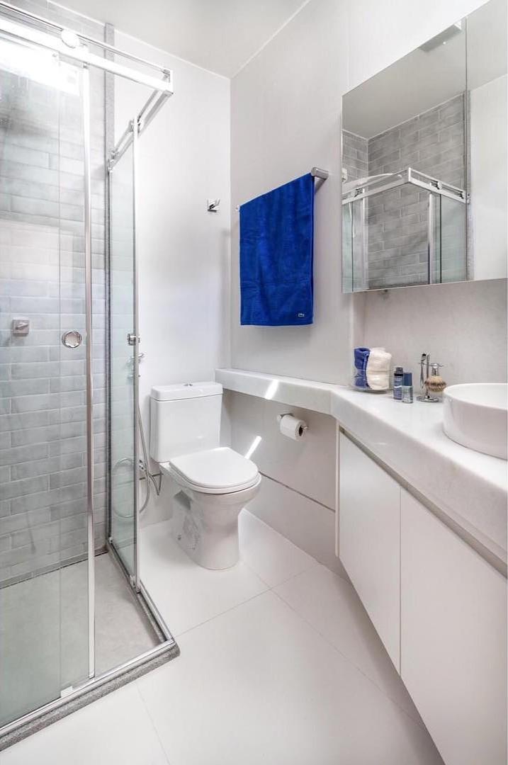 Modelos de banheiro simples com azulejo branco.