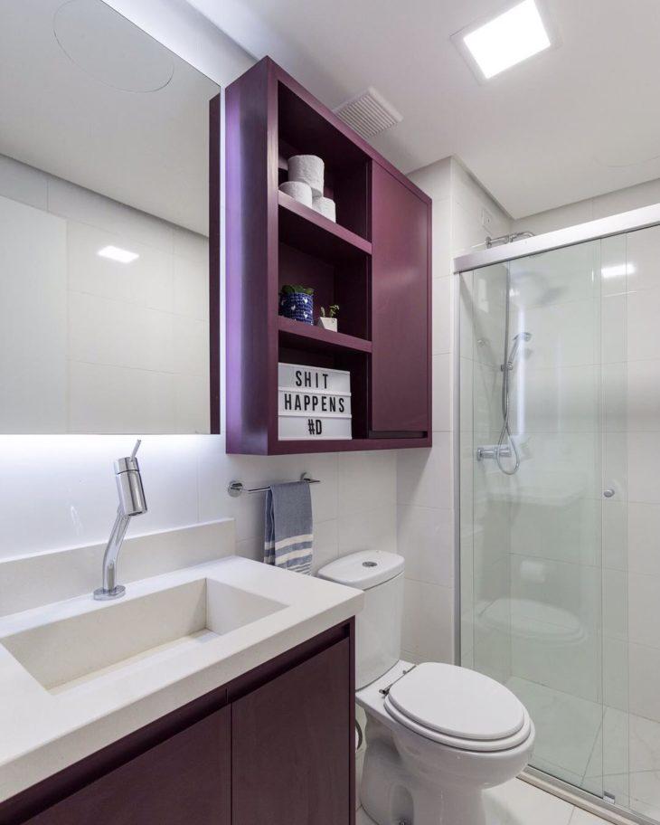 Modelos de banheiro simples com armário roxo.