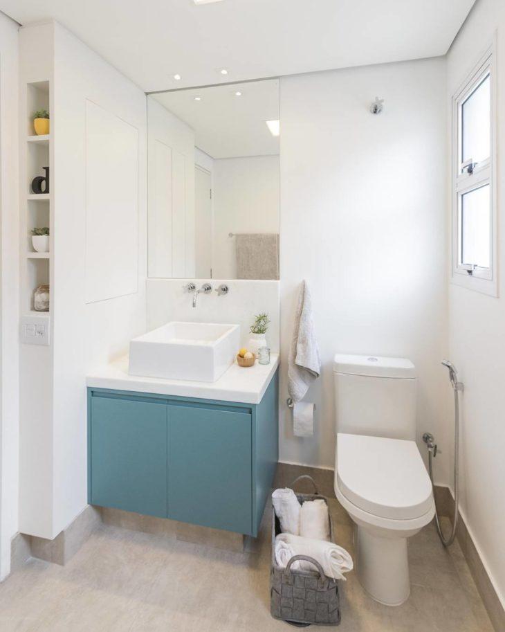 Modelos de banheiro simples com armário azul.