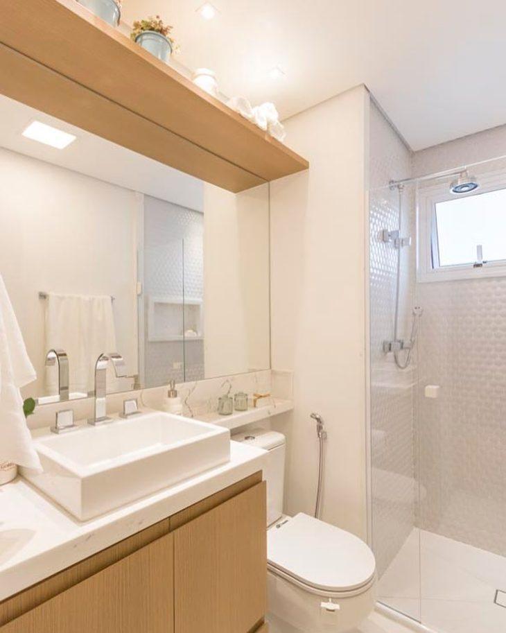 Modelos de banheiro simples com armário de madeira.