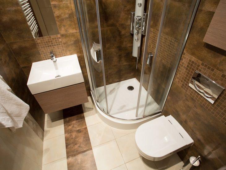 Modelos de banheiro moderno com azulejo escuro.