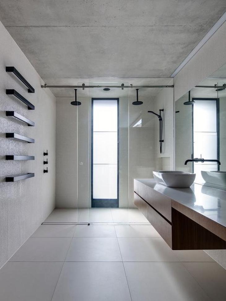 Modelos de banheiro moderno e minimalista com box duplo.
