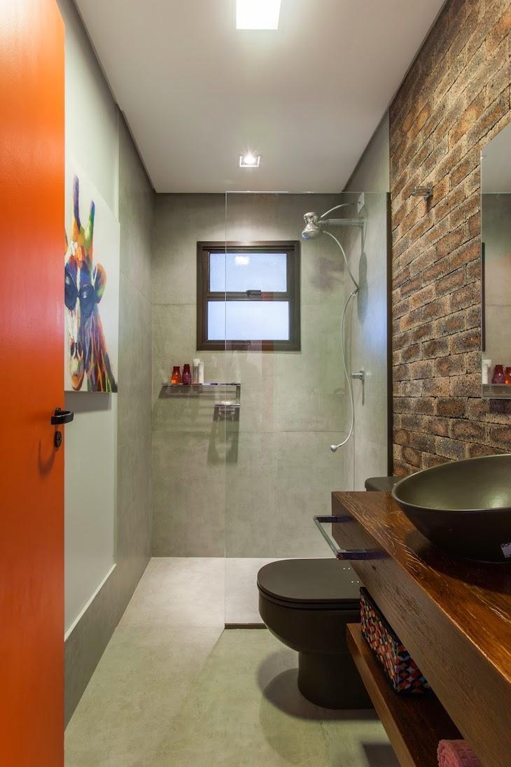 Modelos de banheiro moderno com parede de tijolinho aparente e bancada de madeira.