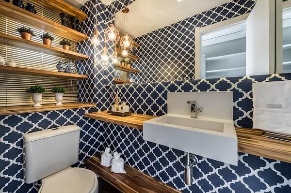 Modelos de banheiro moderno com papel de parede decorado e bancada de madeira.