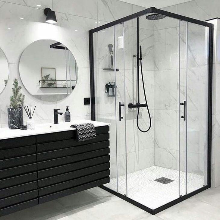 Modelos de banheiro moderno com armário preto e pia dupla.
