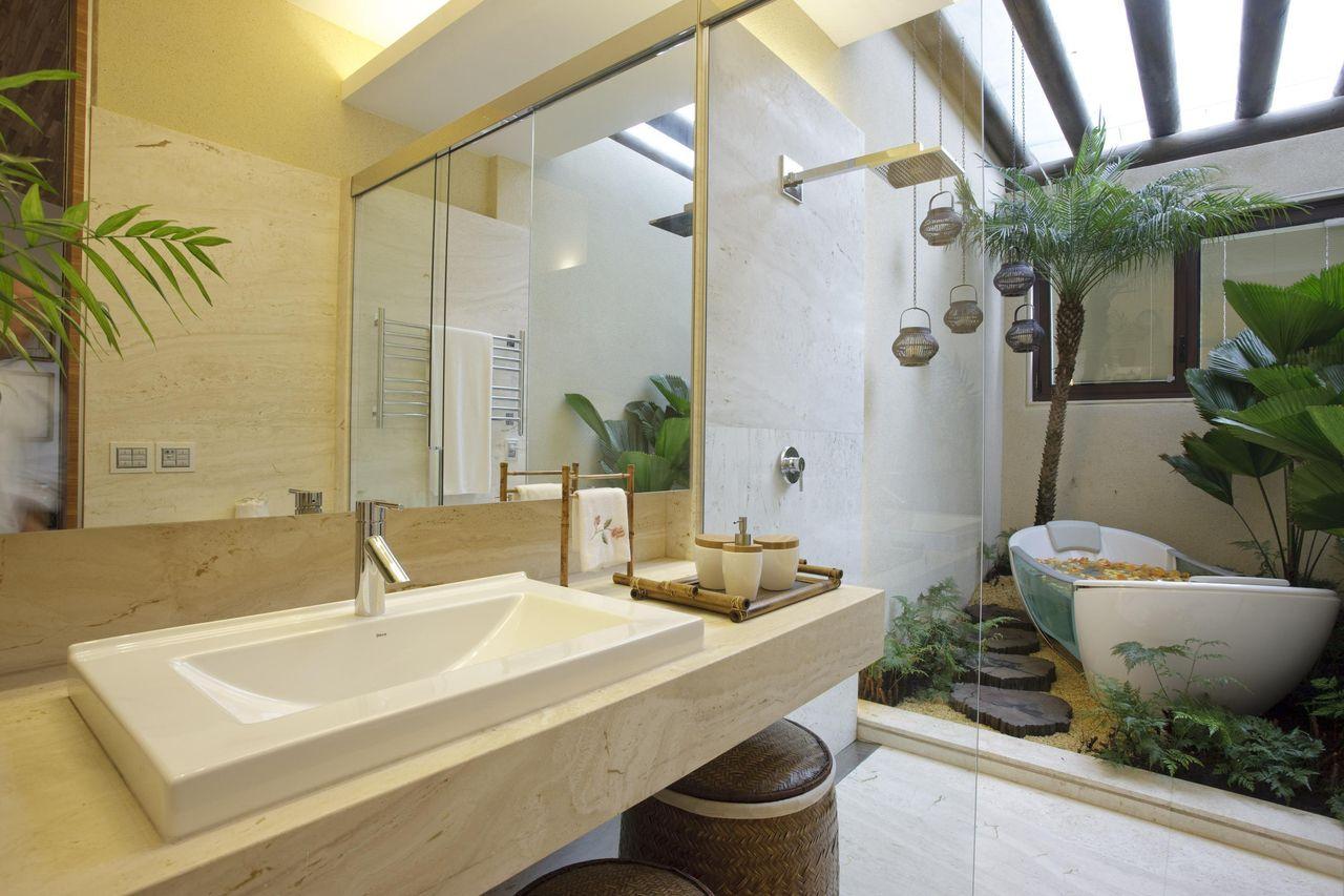 Modelos de banheiro luxuoso com banheira e jardim de inverno.