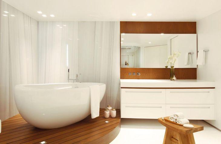 Modelos de banheiro luxuoso com banheira e decoração de madeira.