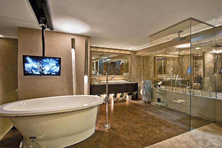 Modelos de banheiro luxuoso  com banheira e televisão.