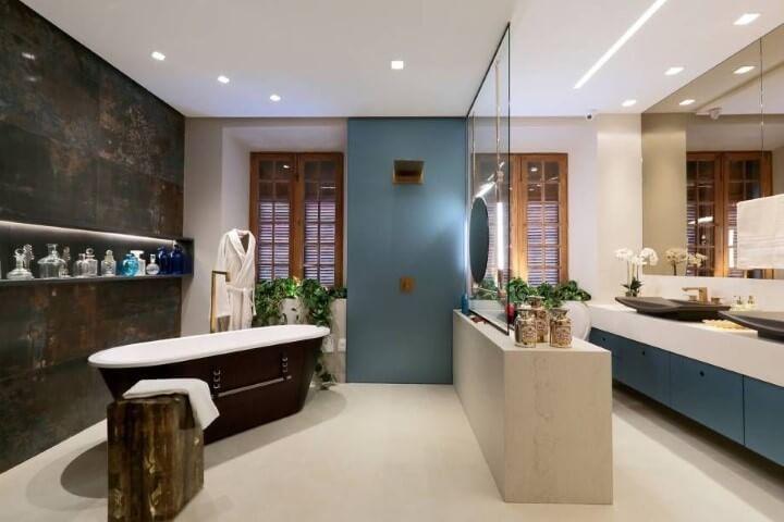 Modelos de banheiro luxuoso com banheira e armário azul.