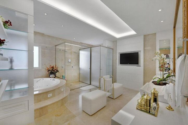 Modelos de banheiro luxuoso com ofurô e decoração dourada.