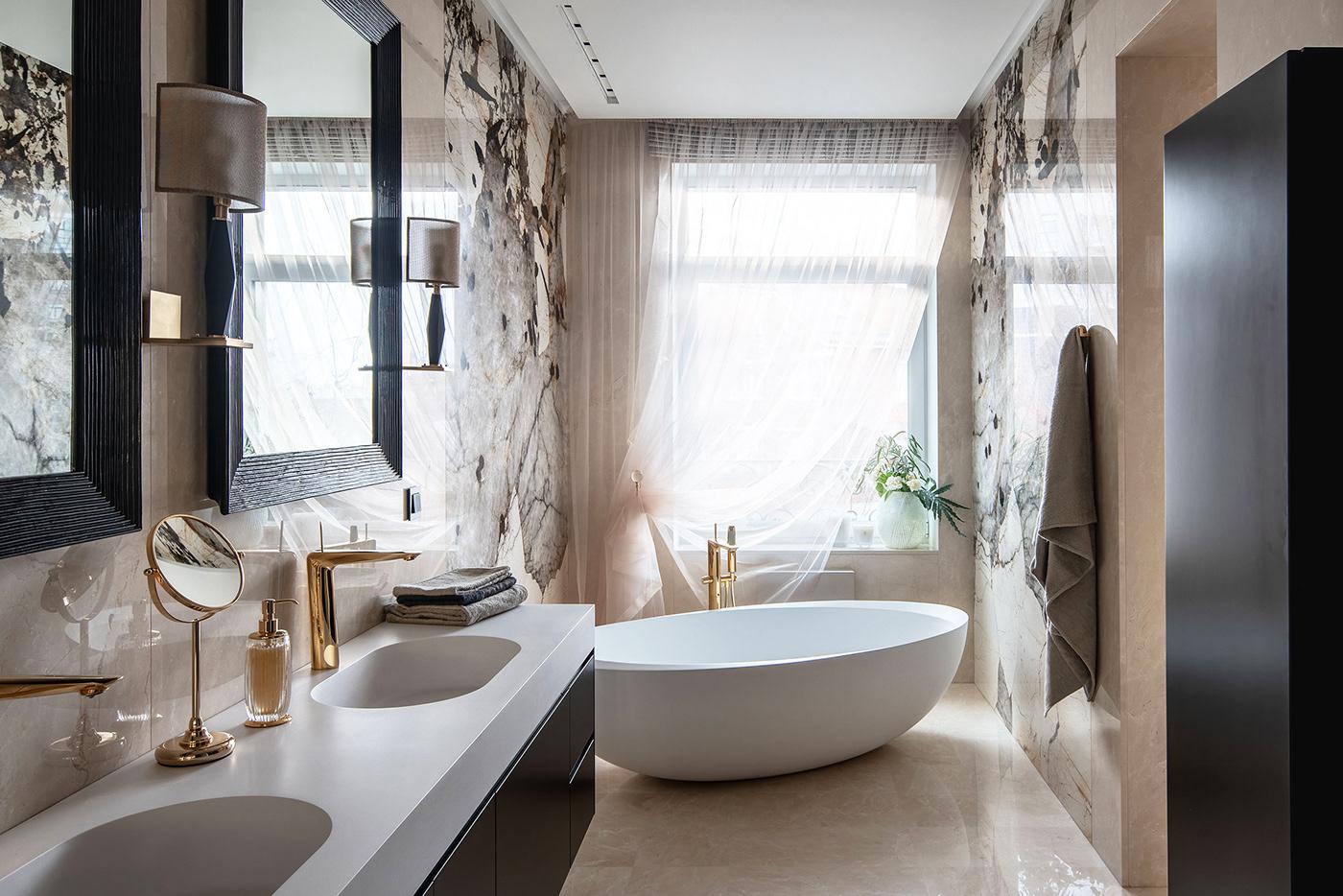Modelos de banheiro luxuoso com banheira, pia dupla e revestimento de mármore.