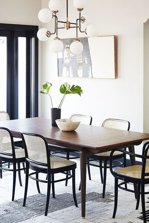 sala de jantar pequena com lustre retrô.