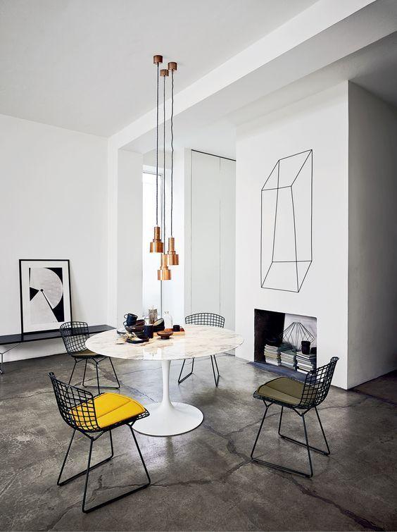 sala de jantar moderna com cadeira aramada.