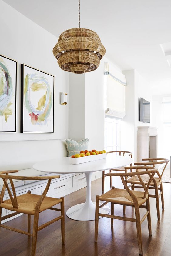sala de jantar com cozinha e cadeiras de palha.