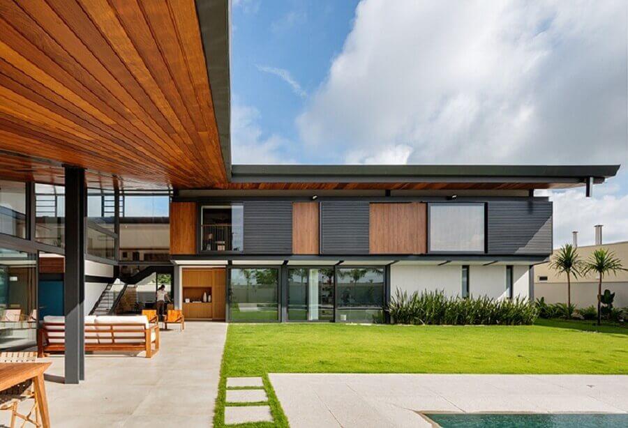 casa em l com teto de madeira