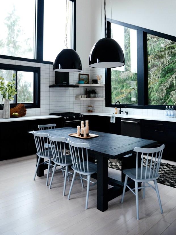 sala de jantar preto e branca com pendentes
