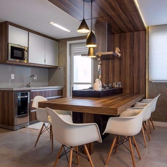 cozinha e sala de jantar com painel de madeira