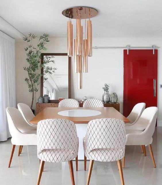 sala de jantar com porta vermelha.