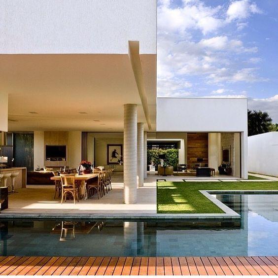 piscina e sala de jantar aberta