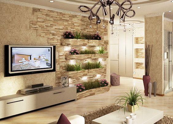 Sala de estar com lustre exótico e mesa de centro branca.