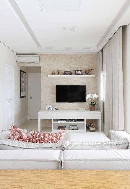 Sala planejada pequena com sofá branco combinando com o raque.