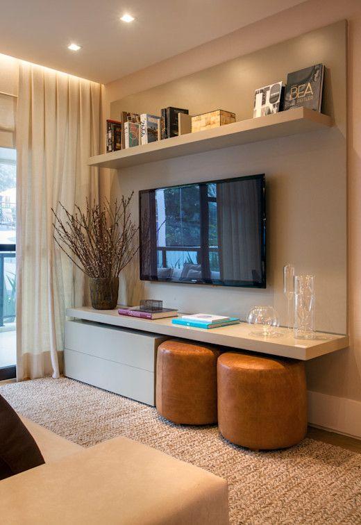 Sala com prateleiras para livros e artigos decorativos.