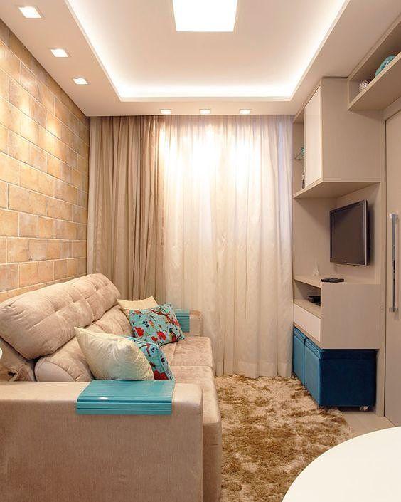 Sala com pequeno espaço para tv e armários.