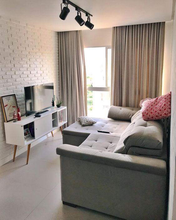 Sala planejada com papel de parede e raque branco.