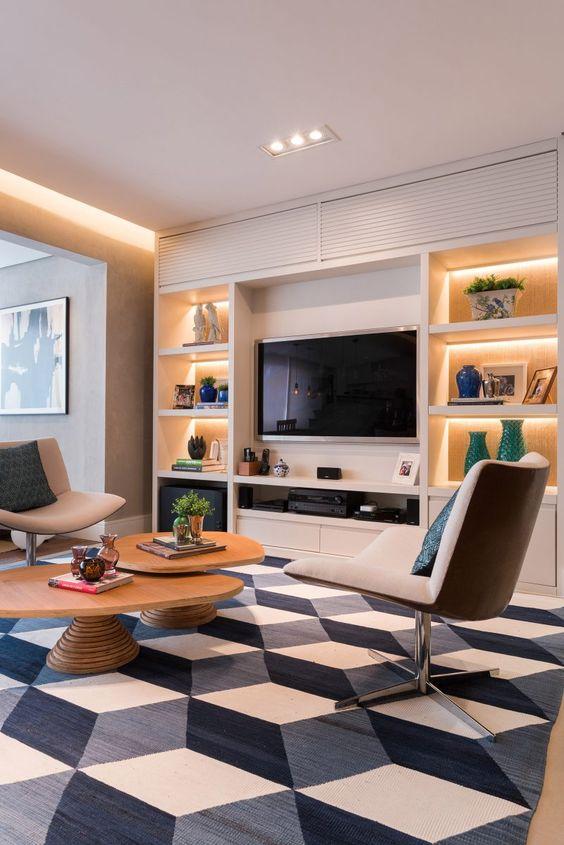 Sala planejada com grande tapete branco, azul e cinza.