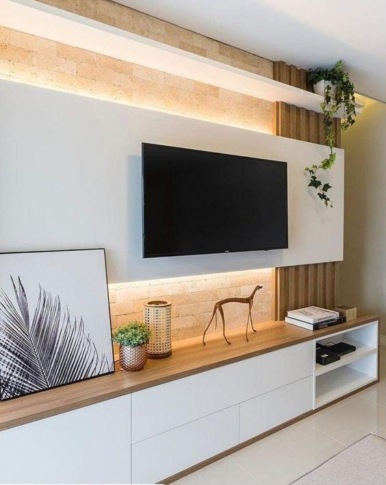 Sala planejada com móveis branco e marrons feitos sob medida.