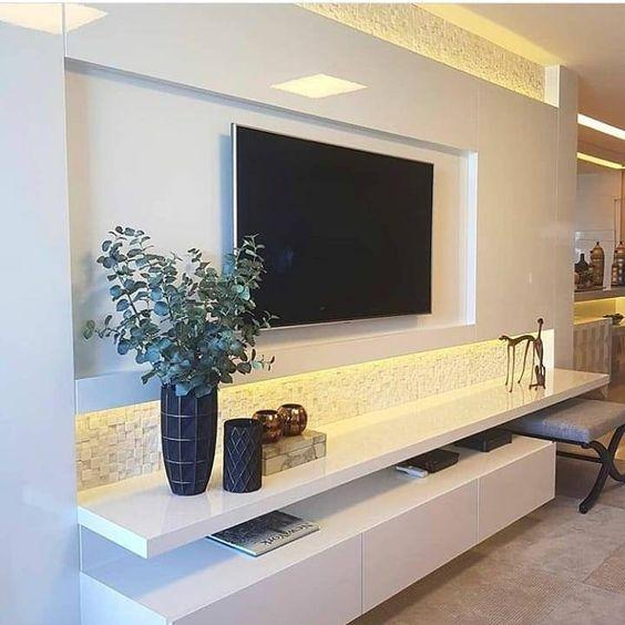 Sala planejada com painel de tv branco.