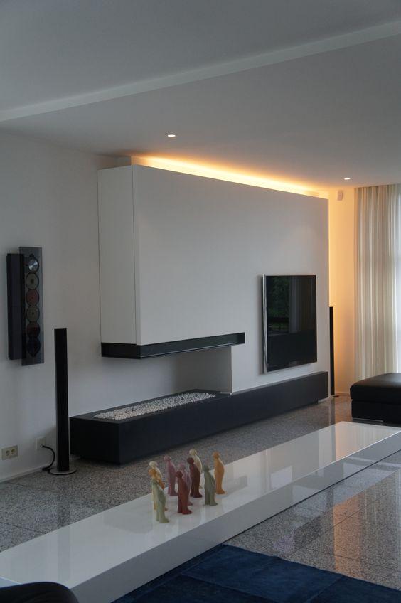 Sala planejada com móvel feito com uma lareira.