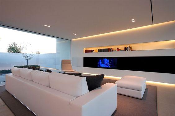 Sala com móveis brancos e tapete cinza.