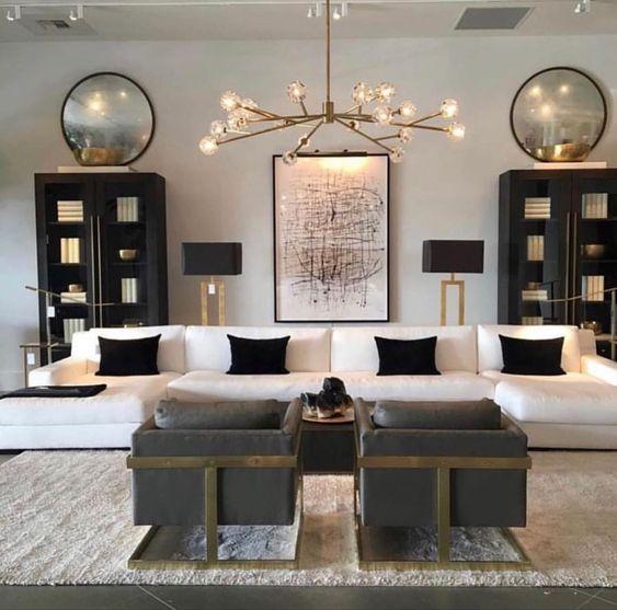 Grande sala com armários pretos e sofá branco.