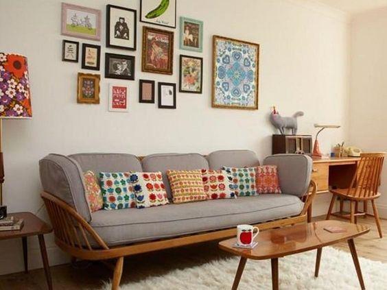 Sala planejada com móveis de madeira.