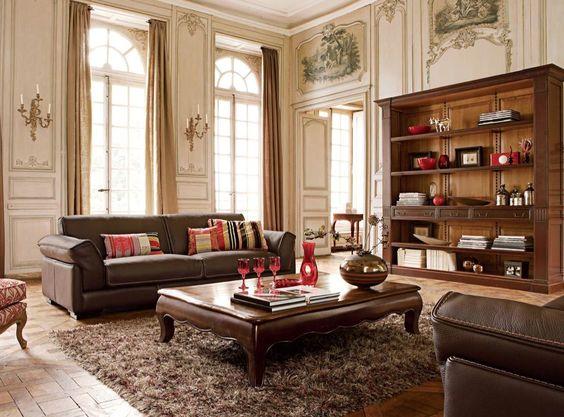 Cômodo alto com mesa de centro estilo clássico.