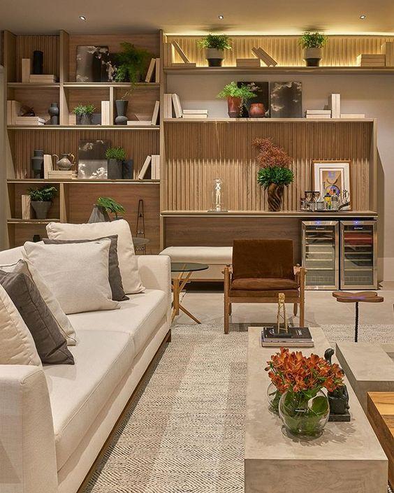 Sala com parede inteira com móveis de madeira feitos sob medida.