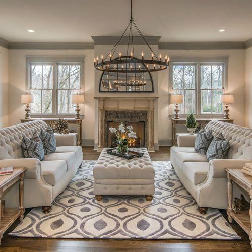 Estilo retrô com sofás brancos e mesa de centro combinando.