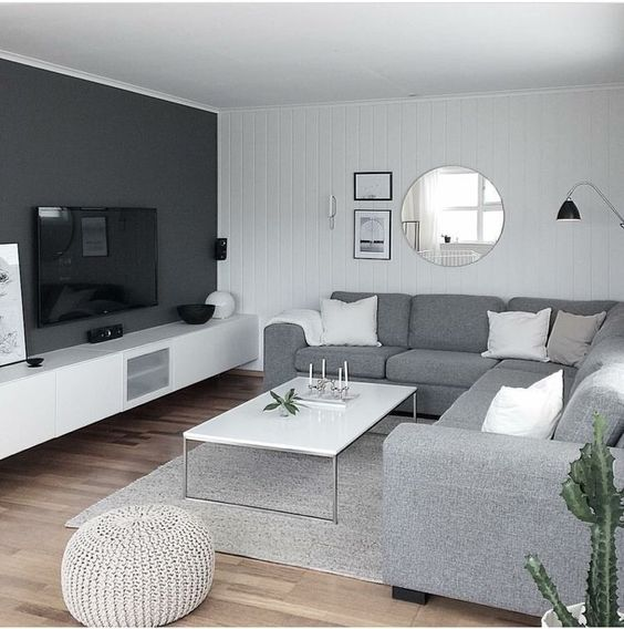 Parede cinza combinando com o sofá e o tapete.