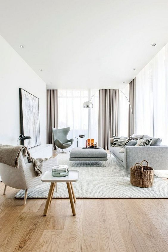 Grande sala de estar com móveis cinzas.