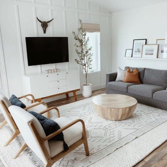 Sala planejada branca com detalhes simples coloridos.